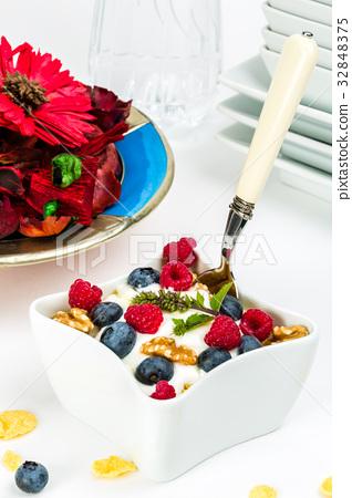Corn flakes yogurt, honey, walnuts and blueberries 32848375