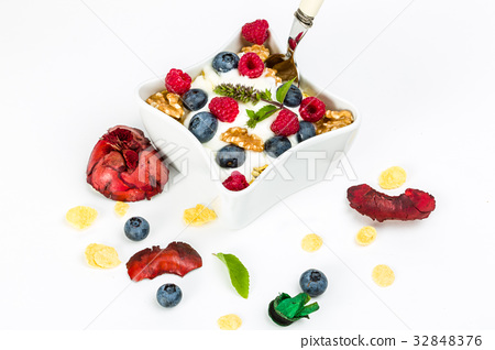 Corn flakes yogurt, honey, walnuts and blueberries 32848376