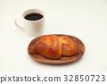 접시에 얹은 크림 빵 두 뜨거운 커피 흰색 배경 32850723