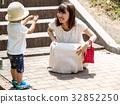 공원에서 노는 부모와 자식 32852250