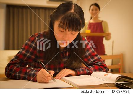 女孩和母親為考試學習 32858951