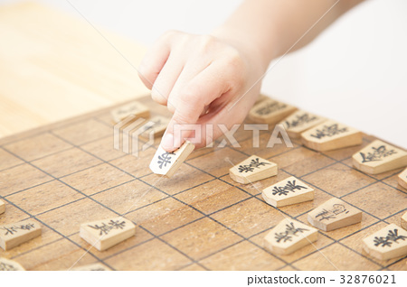 Elementary school girl pointing to shogi body parts parts cut 32876021