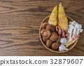 一籃蔬菜與木紋桌面 32879607