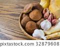 一籃蔬菜與木紋桌面 32879608