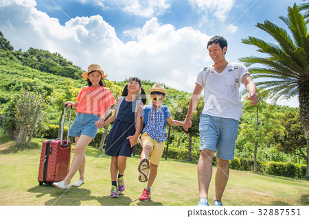 Summer vacation Primary schoolchild family trip 32887551