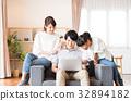 若い家族(パソコン) 32894182