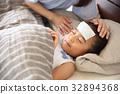 침대에자는 유아 32894368