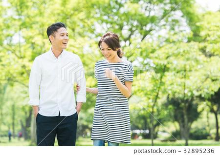 男性和女性夫婦(綠色背景) 32895236