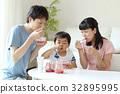 빙수를 만드는 부모와 자식 32895995