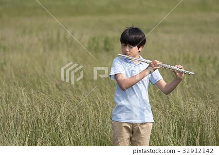 Flute, teenager 32912142