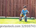 소년 3 세 집 정원 킥 자전거 연습 32930743