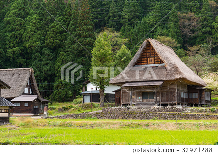 Wooden old house in Shirakawago 32971288