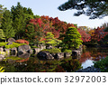 Japanese garden with red maple foliage 32972003