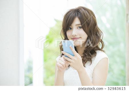 觀看智能手機的婦女 32983615