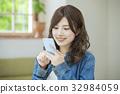 观看智能手机的妇女 32984059