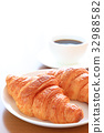 맛있는 크로와상과 커피 32988582