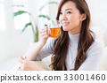 一個女人在一個房間裡喝茶 33001460