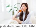 一個女人在一個房間裡喝茶 33001461