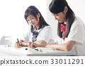 นักเรียนมัธยมต้นหญิงเรียนกับกลุ่มการเรียนรู้ 33011291