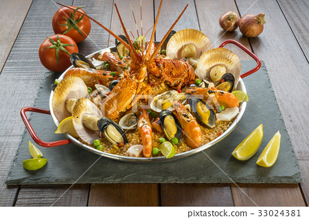 Paella with fresh lobster, scallops, mussel, prawn 33024381