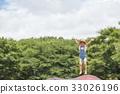 หญิงสาวกำลังเล่นบนแทรมโพลีน 33026196
