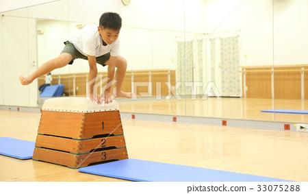 孩子跳箱子 33075288