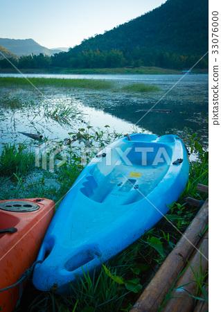 Kayaks on the lake 33076000