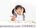 붓으로 그림을 그리는 어린 소녀 33089852