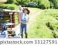 准备的妇女种植米 33127591