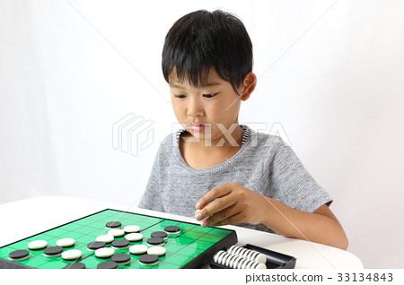 小孩在玩奧賽羅 33134843
