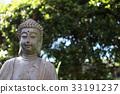 優しい表情の仏陀、新緑の木漏れ日を背景に。 33191237