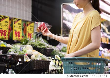 年輕的主婦在超市購物 33224861