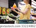 年輕的主婦在超市購物 33224862