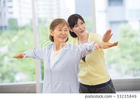 체육관 요가 액티브 시니어 여성 이미지 33235849