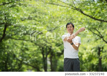 慢跑中間男性步行圖像 33237240