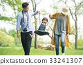 在公園裡玩的家庭 33241307