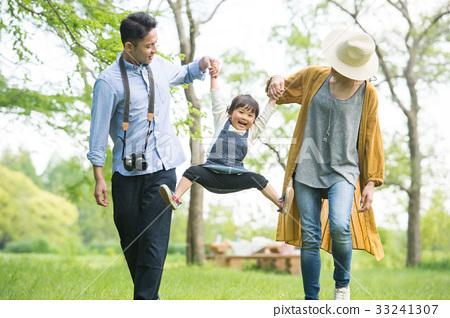 在公园里玩的家庭 33241307