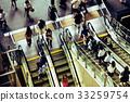 에스컬레이터를 타고 사람들 33259754