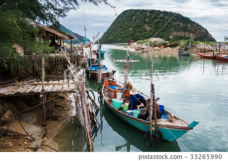 Fishermen are gathering mussel on thier boat 33265990