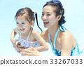 父母和孩子在游泳池玩 33267033