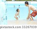 父母和孩子在游泳池玩 33267039