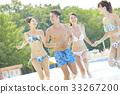 在游泳池中享受的男女 33267200