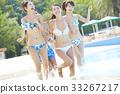 在游泳池中享受的男女 33267217