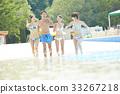 在游泳池中享受的男女 33267218