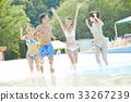 在游泳池中享受的男女 33267239