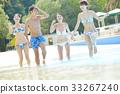 在游泳池中享受的男女 33267240