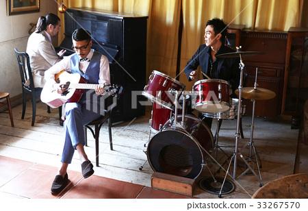男人在演奏樂器 33267570