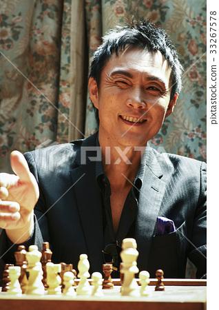 체스를 즐기는 남성 33267578