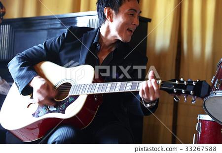男人在演奏樂器 33267588