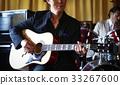 男人在演奏乐器 33267600